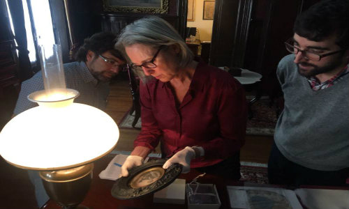 Anne Cartier Bresson junto al Arq. Jorge Sierra y Andrés Azpiroz, director del MHN analizando una pieza histórica del mudeo